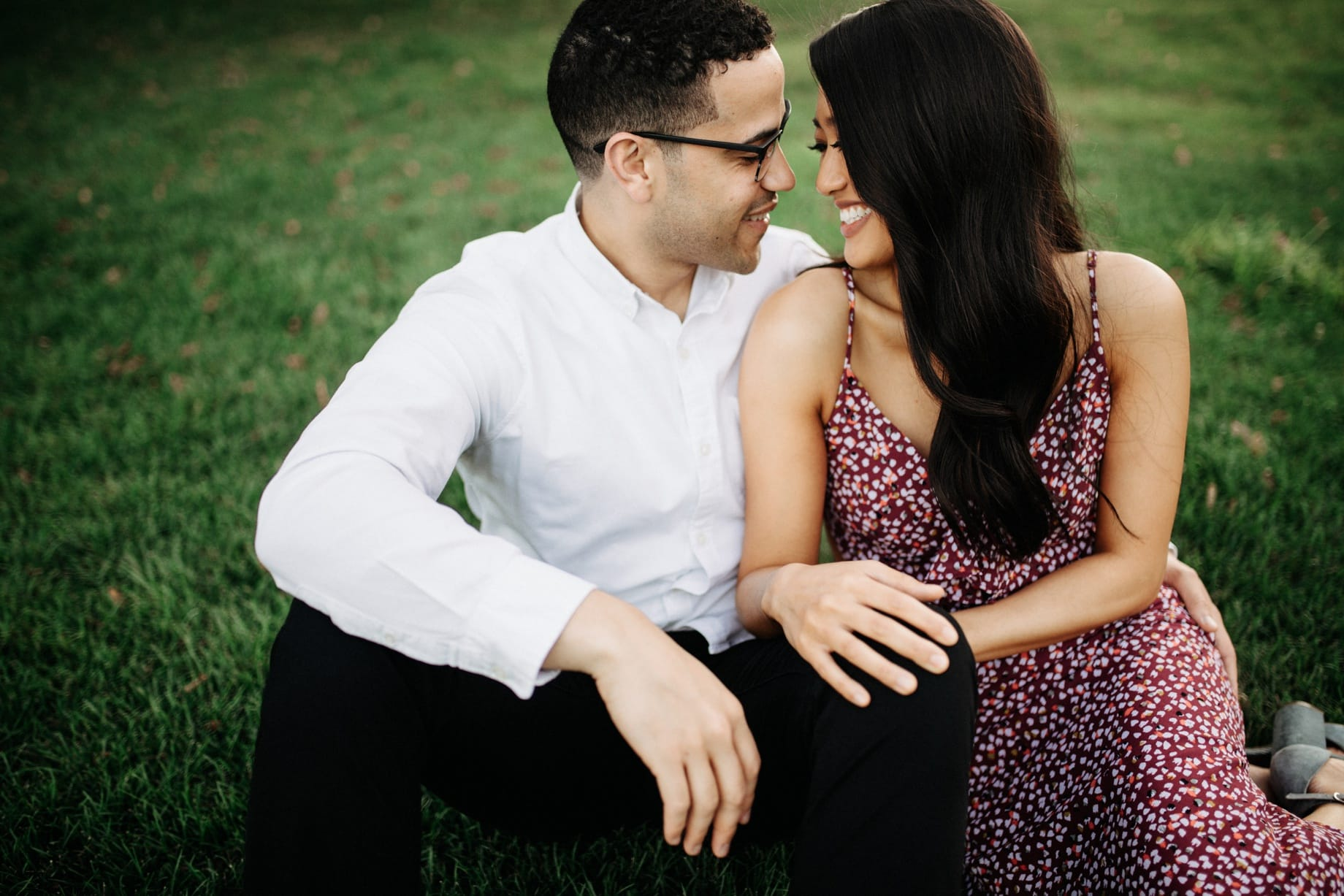 couples poses on green grass